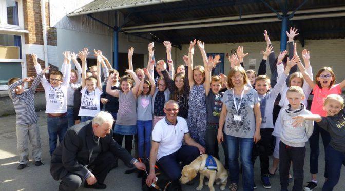 Les Cm1 rencontrent des bénévoles de l'association des chiens guides d'aveugles.